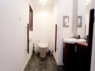 広々とした清潔なトイレ